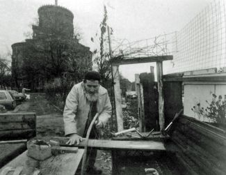Berlin Duvarına gecekondu yapan Yozgatlı Türk.