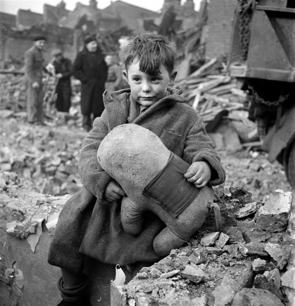 Toni_Frissell_Abandoned_boy,_London_1945_savaş_fotoğrafı
